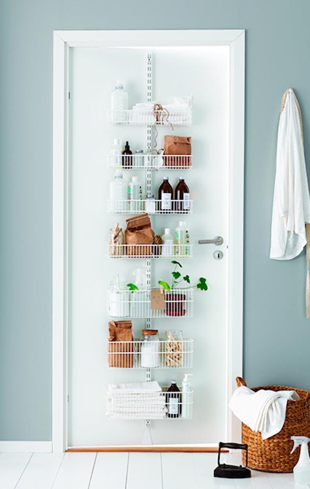 Myös oven voi ottaa säilytyskäyttöön: kiinnitä siihen kapea ja korkea säilytysteline ja pidä tavaroiden määrä ja värimaailma hallittuna.