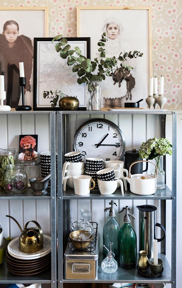 Ikean varastohylly keittiössä on niin ikään täynnä kirpputorilöytöjä. Hyllyssä on myös perheen pullon- ja paperinkierrätyspiste.