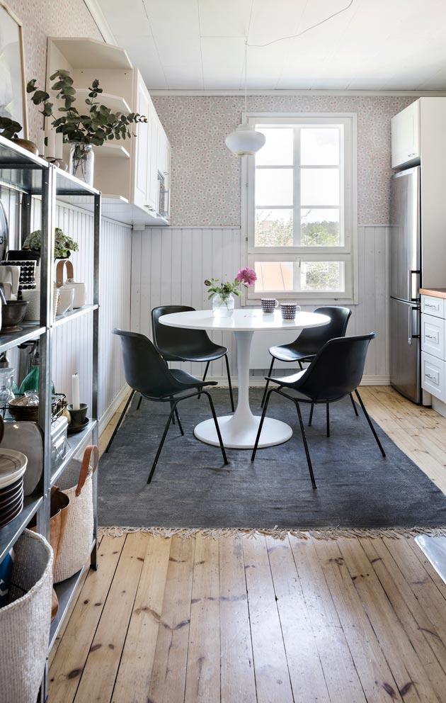 Keittiön tuolit on pelastettu roskalavalta. Keittiössä on myös yksi harvoista uutena hankituista kodin esineistä, Artekin Nauris-valaisin.