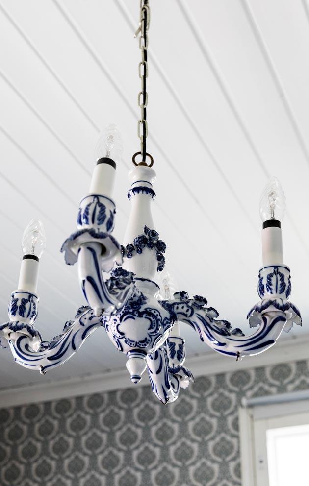 Lasteenhuoneen koristeellinen Turun Kristallin valaisin on kirppislöytö.