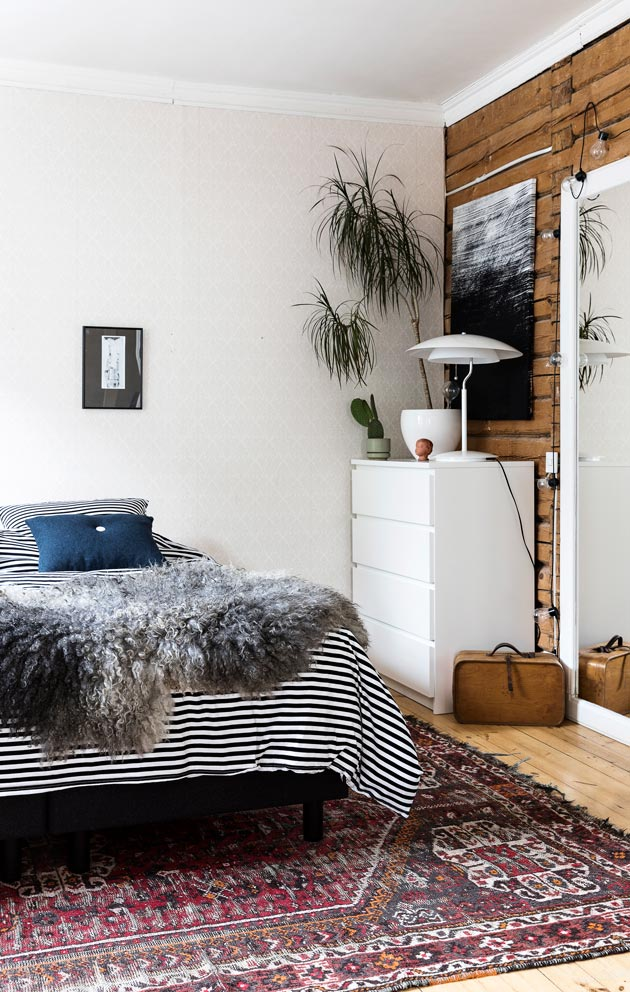 Kirpputorin lahjoitusrullakosta otettu matto on nyt makuuhuoneen kaunistus.