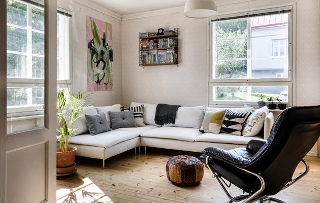 Olohuoneen iso sohva on koko perheen kokoontumispaikka.