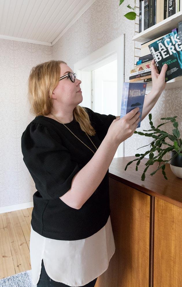 Lukeminen on Susannalle rakas harrastus. Hän haluaa löytää aulaan lukunojatuolin.