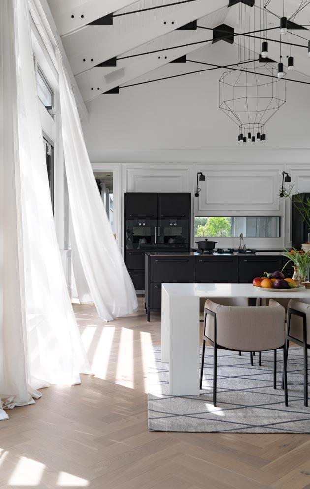 Musta teräskeittiö on minimalistisen tyylin ysävän unelma. Tummasta väristä huolimatta kokonaisuus näyttää keveältä. Keittiö on rakennettu kolmesta jalallisesta moduulista, jotka sopivat täydellisesti ruokailu- ja oleskelualueen kalustukseen.