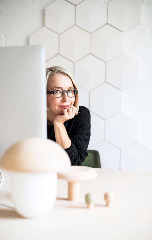 Maija Puoskari tunnetaan parhaiten valaisimistaan. Hän on suunnitellut myös kaakeleita, maljakoita, naulakoita ja astioita.