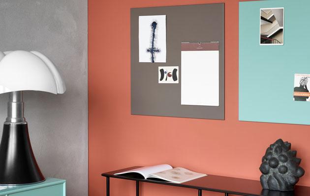 Turkoosi ja oranssi rauhoittuvat harmaalla sivuseinällä, seinien maalaaminen