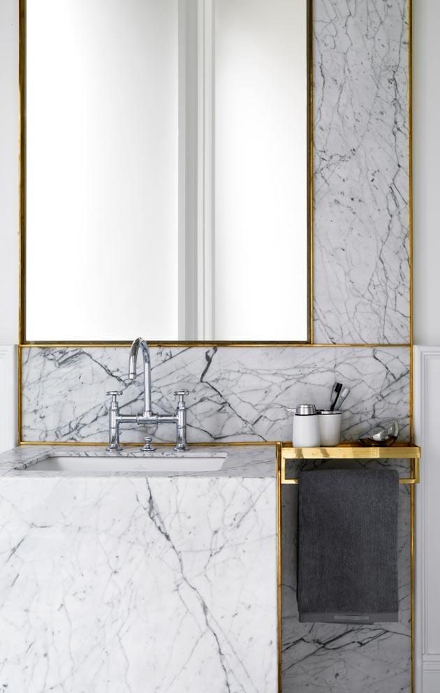 Kylpyhuoneessa yhdistyvät marmori ja messinki.