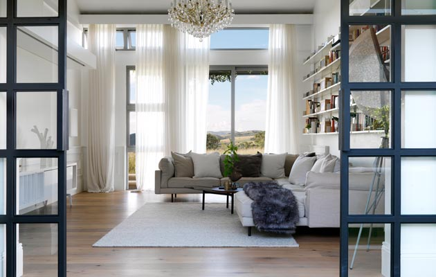 Korkeat ikkunat tuovat runsaasti valoa kaikkiin kodin tiloihin. Keveää ja valoisaa vaikutelmaa lisäävät lasiset väliovet.