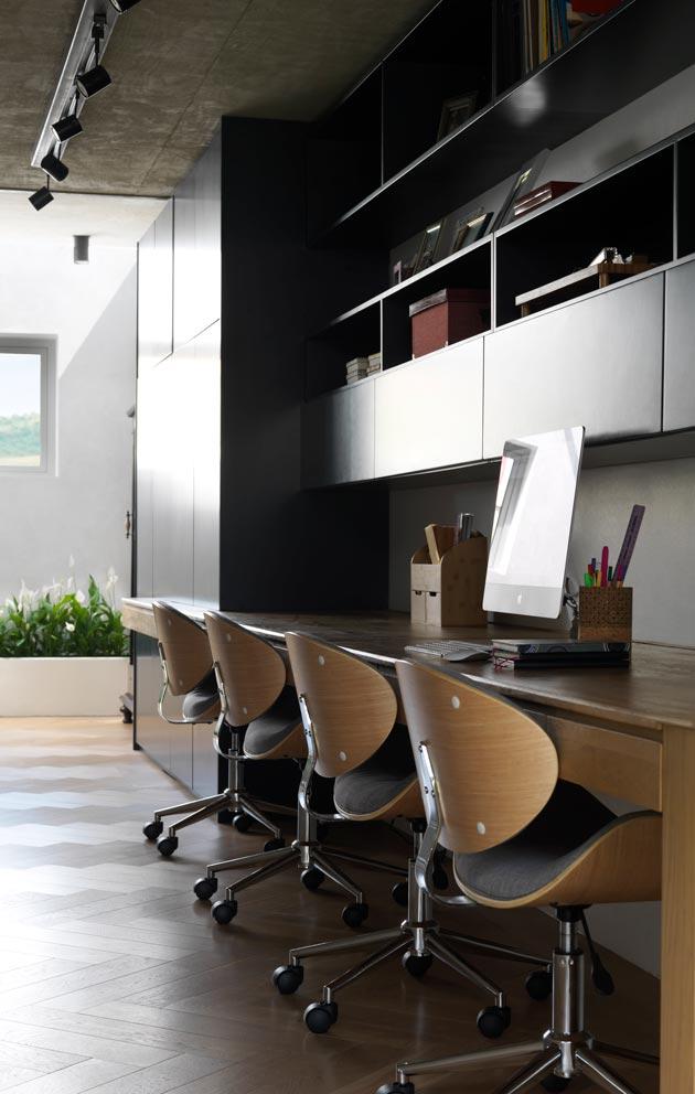 Kodissa on runsaasti ikkunapintaa, sisällä riittää auringonvaloa jopa työhuoneen perimmäiseen nurkkaan.