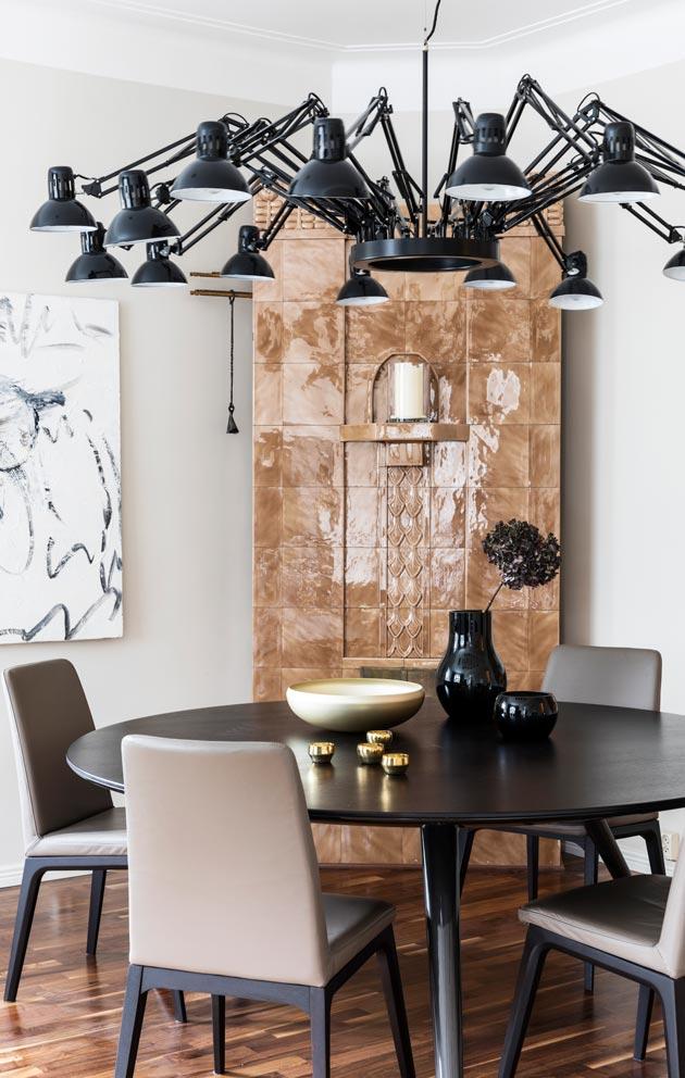 Alkuperäinen kakluuni määritti olohuone-ruokailutilan seinien beigen värin.