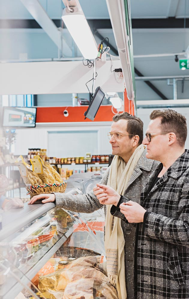 Antti ja Jarkko käyvät viikoittain kahvilla ja ostoksilla Hakaniemen kauppahallissa.