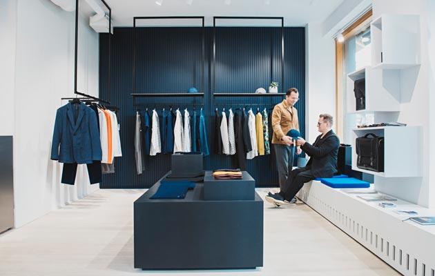 Myymälässä ja Jarkon ja Antin kodissa yhteistä on valoisuus, mittasuhteiden hallinta, vaaleat puulattiat sekä tummansinisen ja koboltin käyttö tehostevärinä.