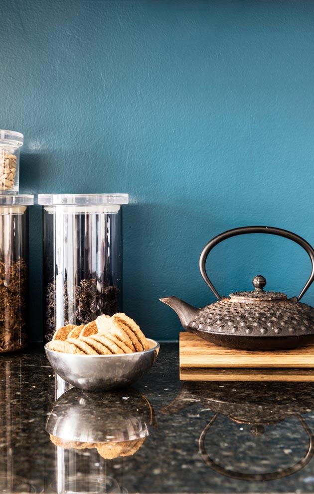 Turkoosi välitila tuo sopivasti kontrastia muuten vaaleasävyiseen keittiöön.