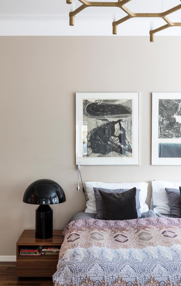 Taide ja designvalaisimet ovat läsnä myös makuuhuoneessa.