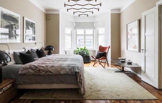Iiron ja Tapanin sisustustyyli on moderni, skandinaavinen ja minimalistinen. Makuuhuoneen Tripolina-tuoli on tulianinen Roomasta.