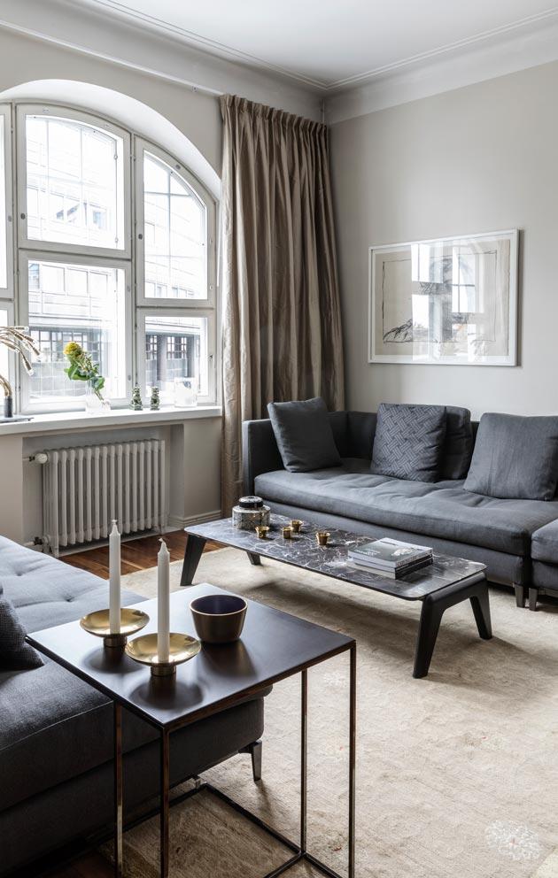 Kaari- ja erkkeri-ikkunat ovat kodin kaunistus. Sisustuksessa iiro ja Tapani suosivat aitoja materiaaleja: marmoria, villaa ja silkkiä.
