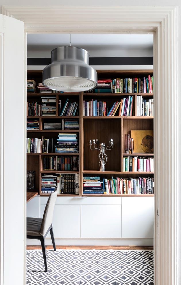Vanha palavelijanhuone on nykyisin kirjasto ja työhuone. Kirjahylly on teetetty mittojen mukaan tähän tilaan.