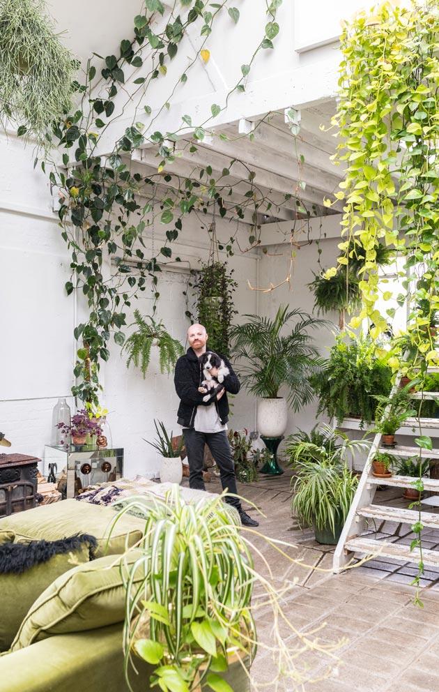 Sunnuntai on kasvien hoitopäivä; John kutsuu useamman tunnin rupeamaa viikottaiseksi kasvimeditaatioksi.
