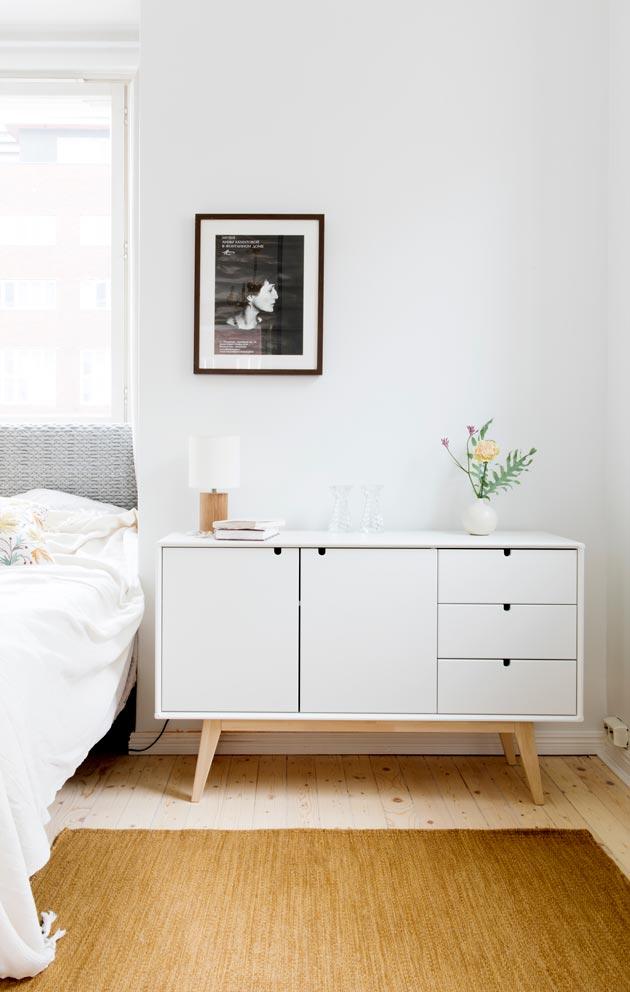 Makuuhuoneen värimaailma on hillitty, mukana on kuitenkin harkittuja väripilkkuja. Musta-valkoisuus ei ole Larissan juttu.
