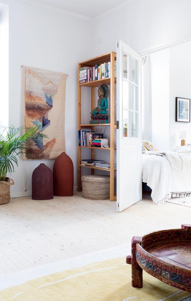 Larissan äidin tekstiilitaiteilija Eija Rasinmäen teoksia löytyy niin seinältä kuin lattialta. Herkkä ryijy on hänen työnsä 1980-luvulta.