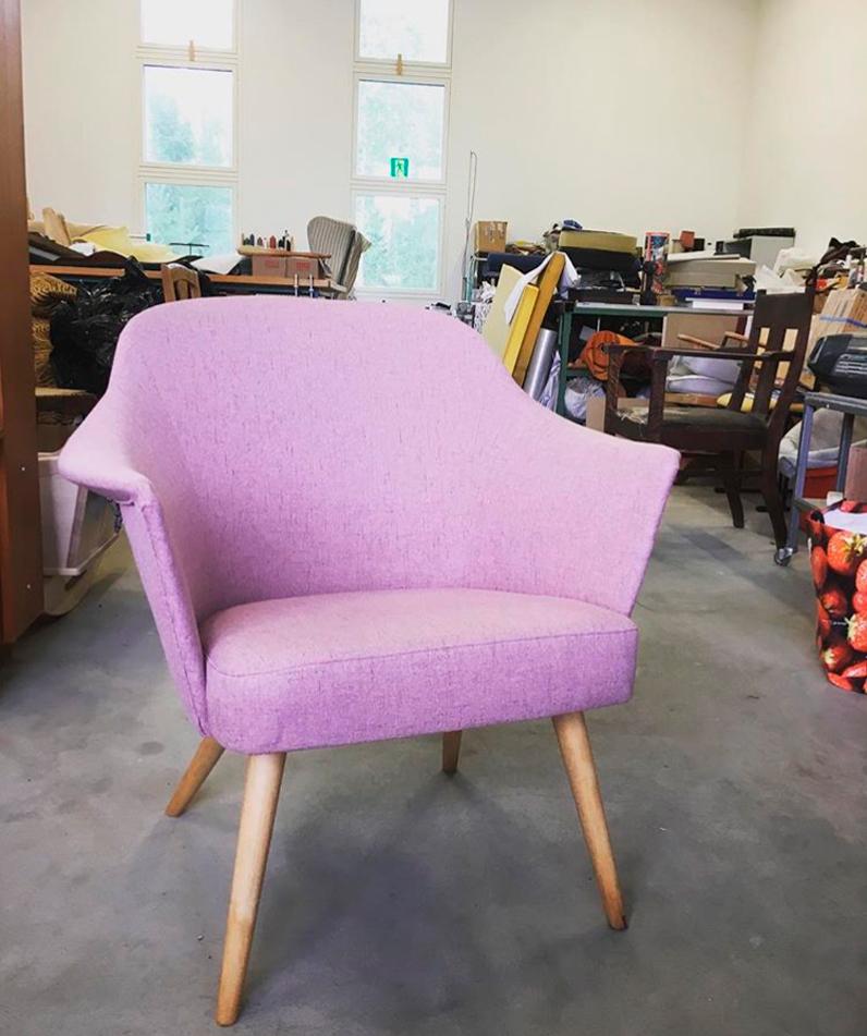 Vanhan tuolin uusi verhoilu.