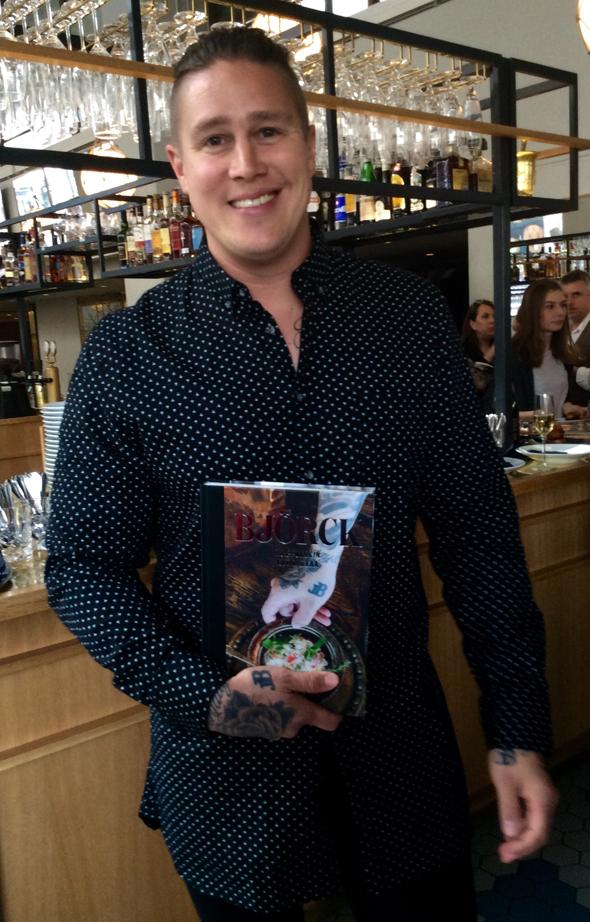 Tomi Björck keittokirjansa julkaisutilaisuudessa