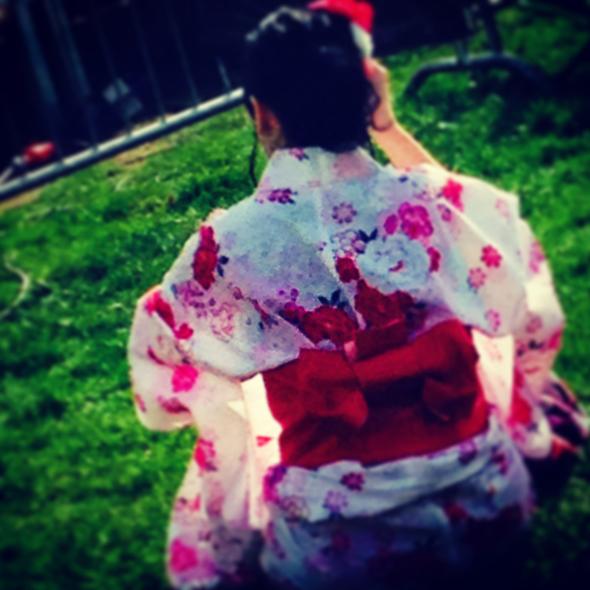Japanilaiseen tyyliin pukeutunut hanamin juhlija