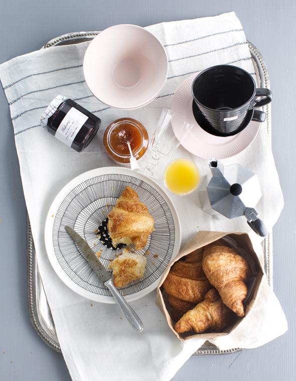 Kahvi ja croissant ovat tyypillistä aamiaisruokaa, kuva: Kristiina Kurronen, copyright: Otavamedia