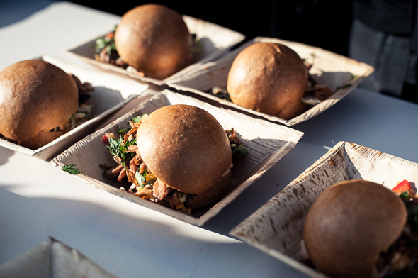 Erilaiset burgerit kuuluvat katuruokatarjontaan, kuva: Andrew Taylor/Streat Helsinki, copyright: Andrew Taylor/Streat Helsinki