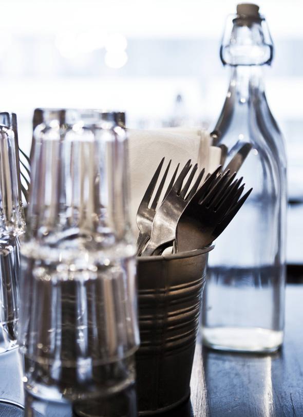 Kattaus pöydällä, Kuva: Jorma Marstio copyright: Otavamedia