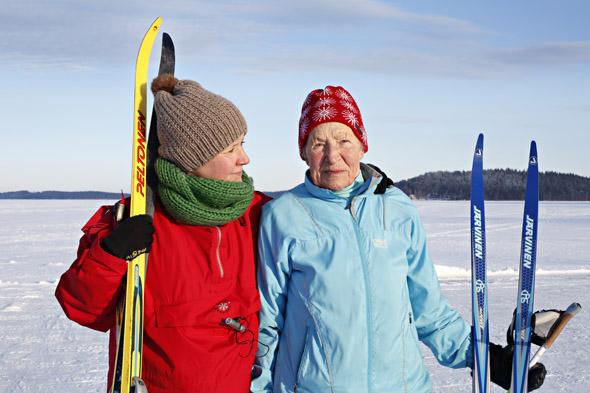 Siiri Rantanen hiihtomaisemissa toimittaja Essi Salosen kanssa, kuva: Anni Koponen, copyright: Otavamedia