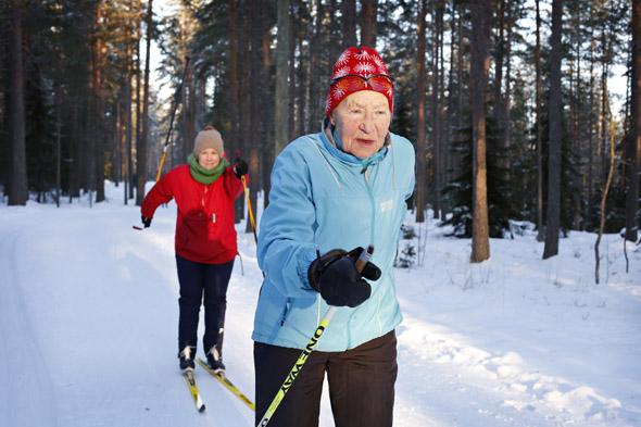 Siiri Rantanen ja toimittaja Essi Salonen ladulla, kuva: Anni Koponen, copyright: Otavamedia