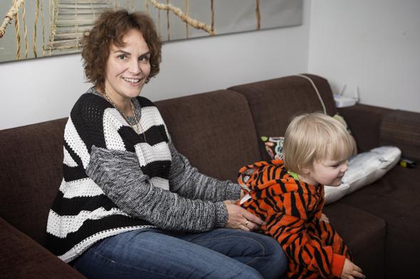 Anne Aulos ja tyttärenpoika Viima, kuva: Mirva Kakko, copyright: Otavamedia