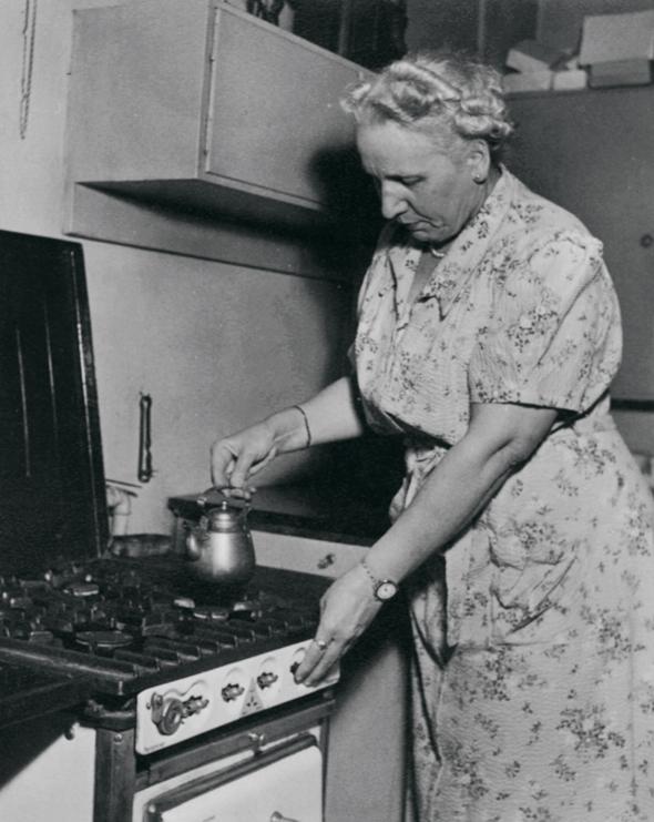 Alli Wiherheimo keittiössään, kuva: OM-arkisto, copyright: Otavamedia