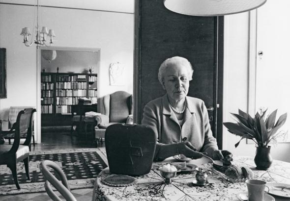 Alli Wiherheimo kotonaan, kuva: OM-arkisto, copyright: Otavamedia