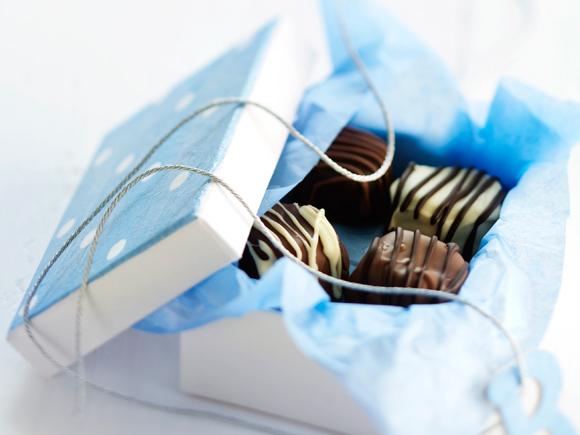 Kuva - Suklaapikkuleivät somistavat kahvipöydän