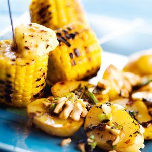 paahdetut grillipotut ja maissivartaat