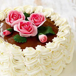 vadelma-kinuskikakku koristellaan ruusuin