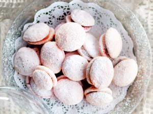 vaaleanpunaiset macaronit