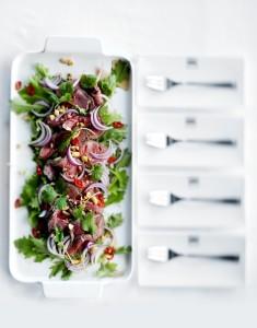 Inkivääri-härkäsalaattia lautasella