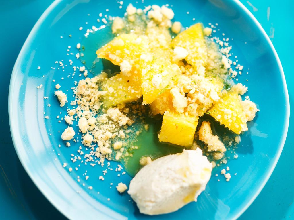 hillottua ananasta, limettimuruseosta ja mascarponekermaa