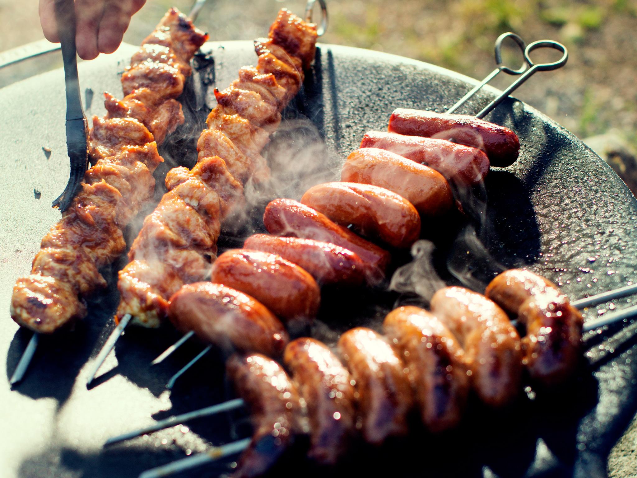 Tuliset makkaravartaat tehdään chorizosta, grillimakkarasta ja balkan-makkarasta
