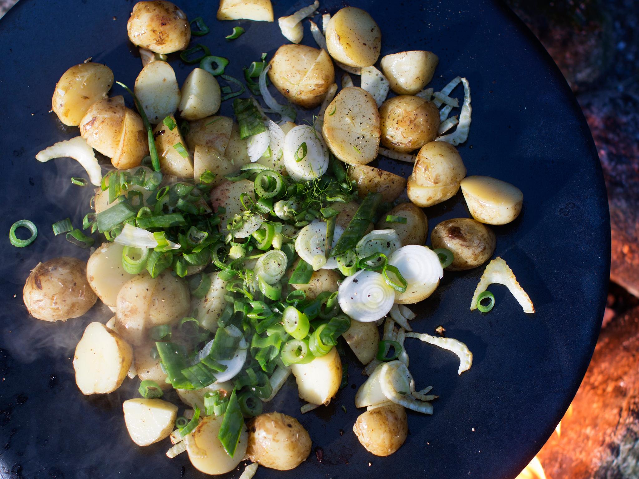 lämmin peruna-sipulisalaatti