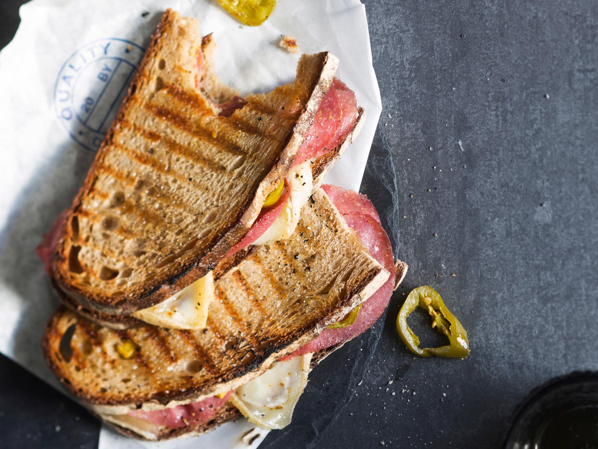 Kuva - Tuliset juusto-salamisandwichit