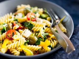 kreikkalainen feta-pastasalaatti