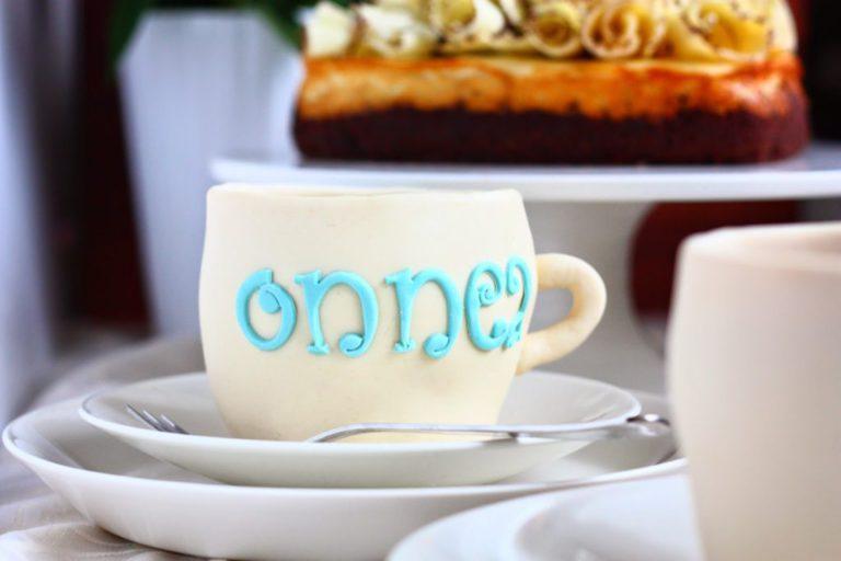Kahvikupin mallinen kakku on ihana yllätys